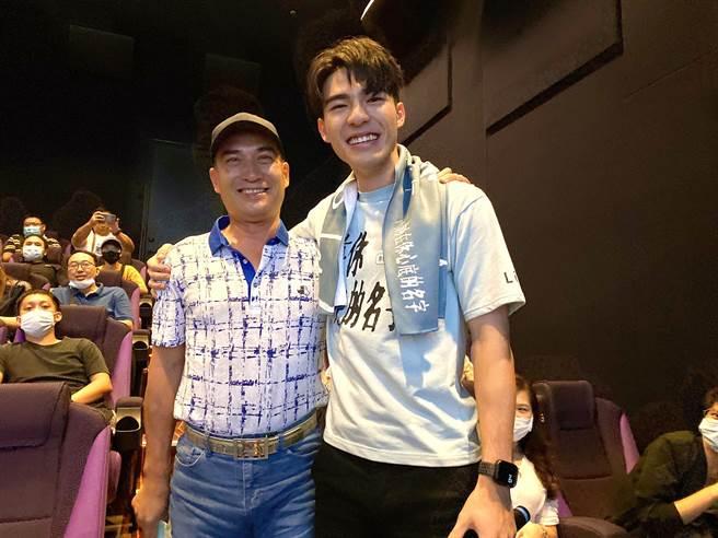 陳昊森(右)回台中宣傳電影,陳爸爸現身力挺。(氧氣電影提供)