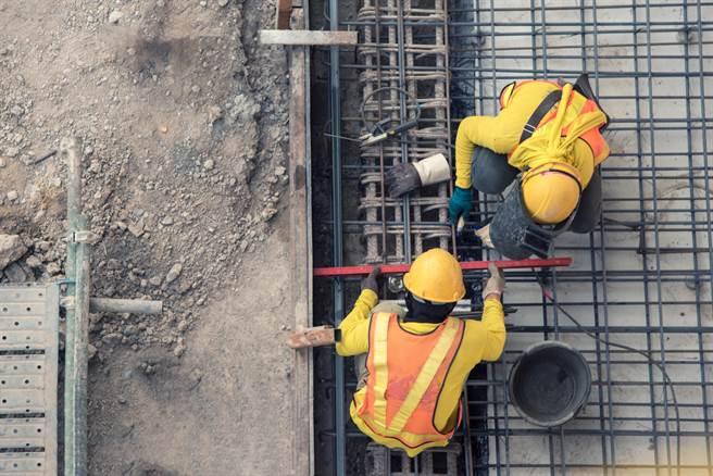 在工地上班不但危險性高,工作量也高得嚇人。(圖/Shutterstock)