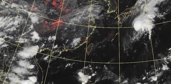 明(23)日東北風減弱,各地大多為多雲到晴,僅東南部及恆春半島有局部短暫陣雨。(氣象局提供)