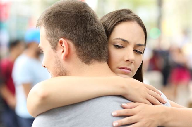 一位女網友透露,自己的男友不論個性、事業都不錯,但卻長得「其貌不揚」,但男友不願意「為了她整形」,到底該怎麼辦?(示意圖/Shutterstock)