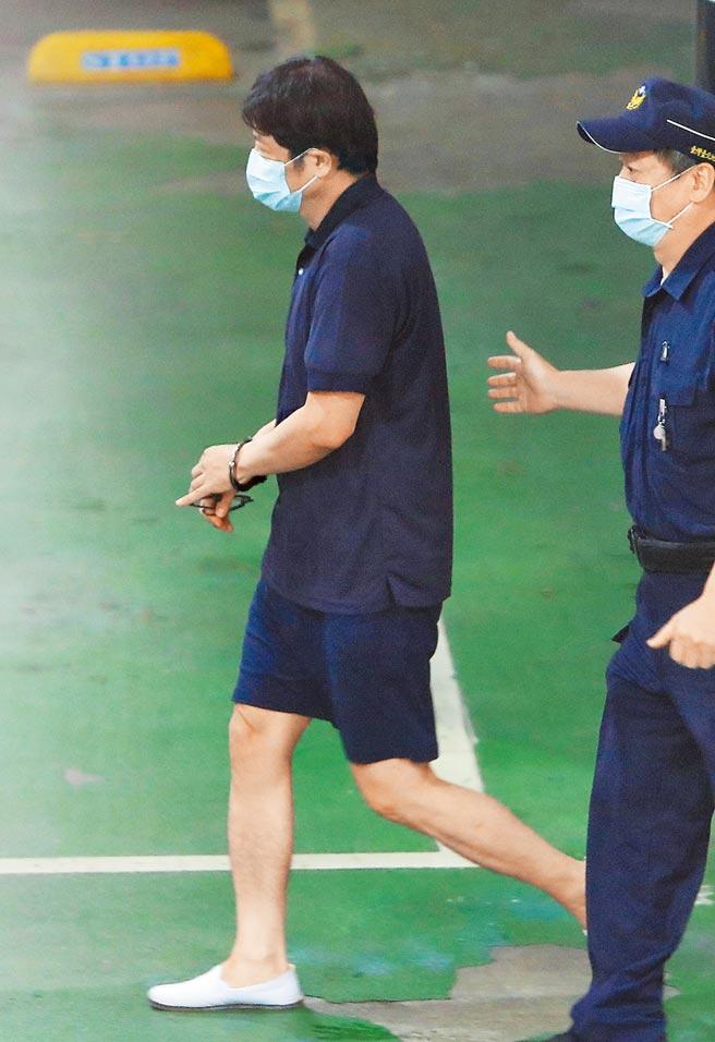 台北地檢署偵辦立委涉收賄案21日偵結,依貪汙罪起訴現任立法委員趙正宇(左)。(季志翔攝)