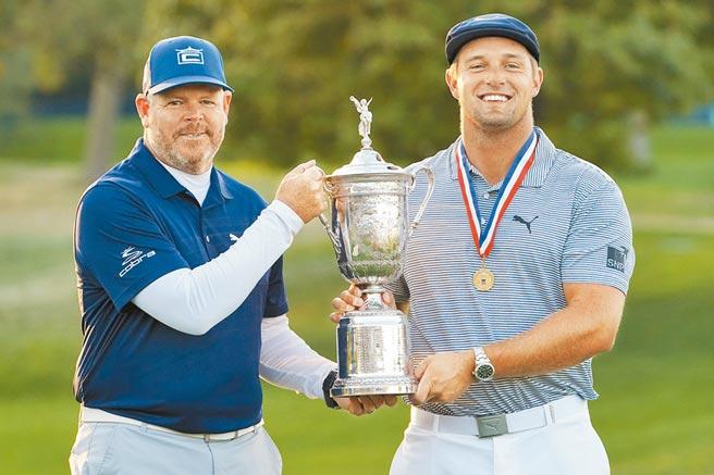 德尚波(右)拿下今年美國高球公開賽冠軍,與桿弟一起捧盃慶祝。(美聯社)