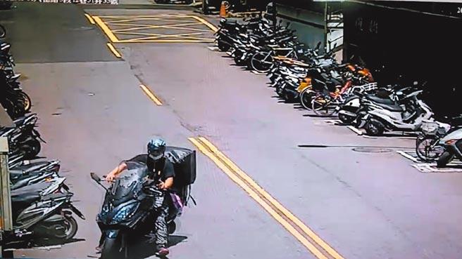 警方擴大調閱監視器,比對快遞人員取貨、送貨的時間和地點,確實與趙女約定交易毒品的時地吻合。(警方提供/王揚傑新北傳真)