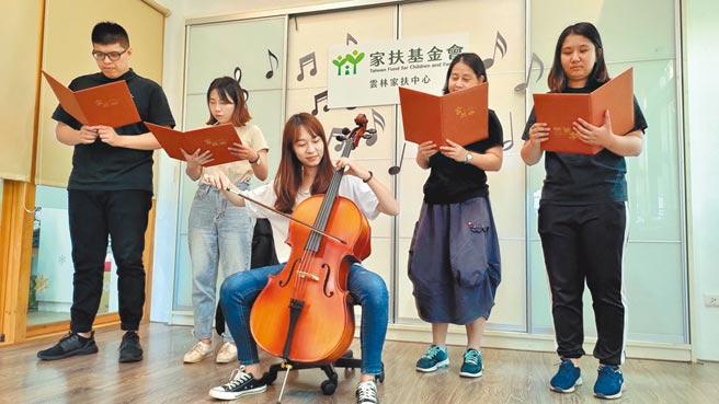 雲林家扶人員展示黃姓國三女學生捐贈的大提琴,藉由義賣讓愛的音符永續傳承。(張朝欣攝)