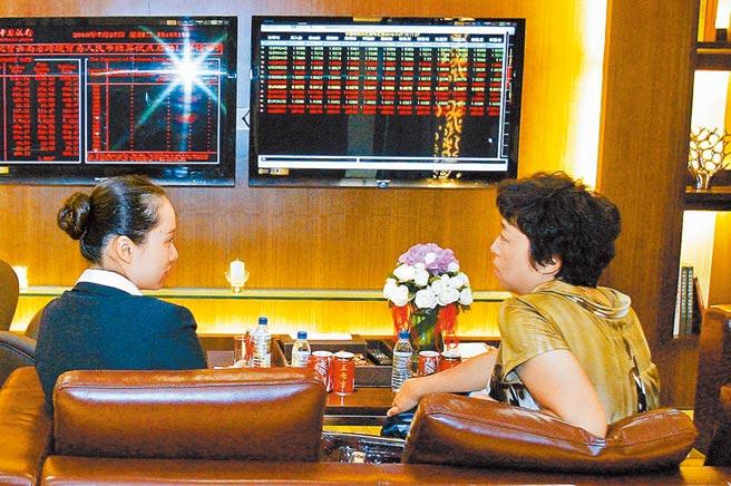中國銀行雲南私人銀行內,業務員在接受客戶諮詢。(新華社資料照片)