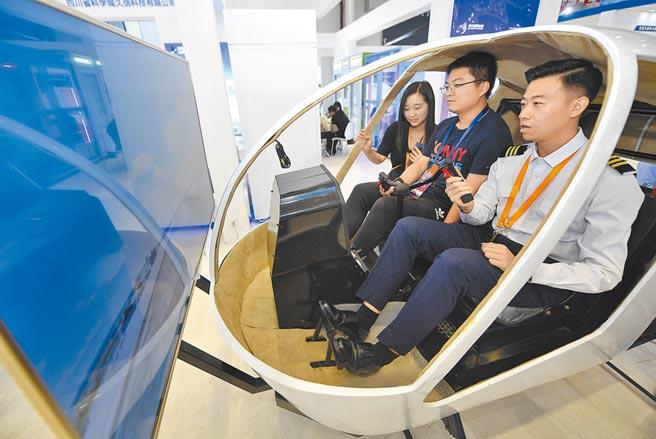 大陸民眾在四川綿陽科博會體驗飛行模擬器駕駛。(新華社資料照片)