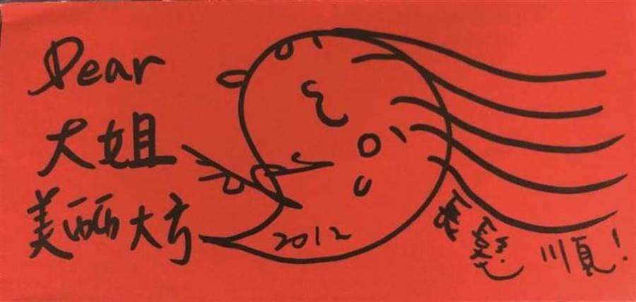 親和力強的小鬼,每年生日工作人員都會主動幫他慶生,過年前他也會一一將紅包畫上專屬「鬼圖」犒賞大家。(圖/《娛樂百分百》提供)