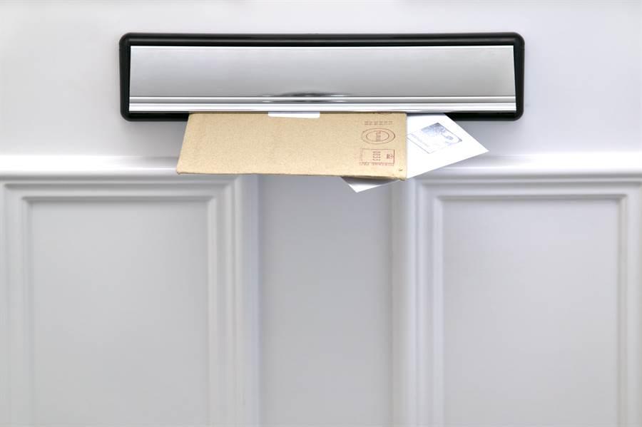 郵差留紙條「無法投遞」 屋主好奇實測結果傻眼了(示意圖/達志影像)
