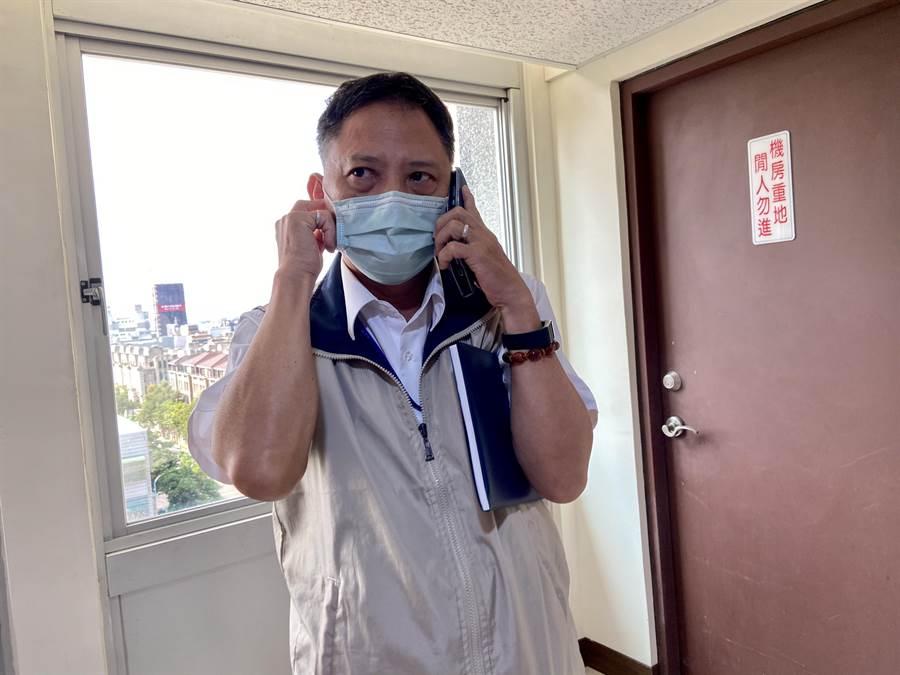 新任政風處長詹政曇對四度無法進場,一度以手機熱線,似在研商該如何處理。(盧金足攝)