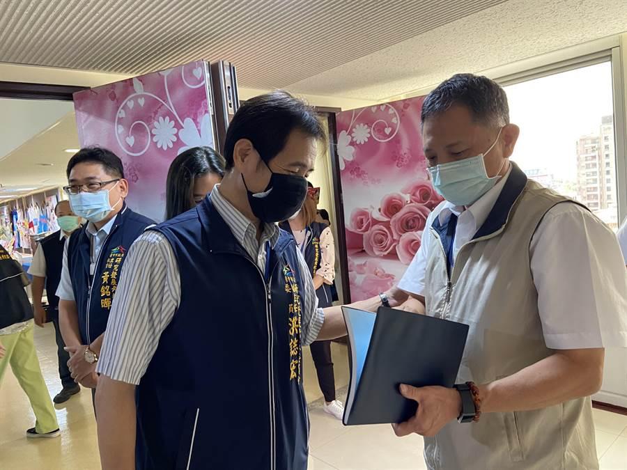 台中市新任政風處長詹政曇今日四度被請出市政會議的會場。(盧金足攝)