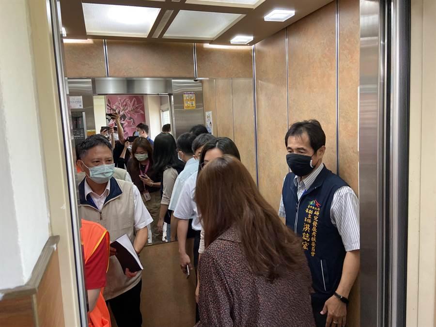 政風處長詹政曇(左)配合研考會人員從七樓會場搭電梯開會場,四度無法出席市政會議,難掩滿臉的無奈。(盧金足攝)
