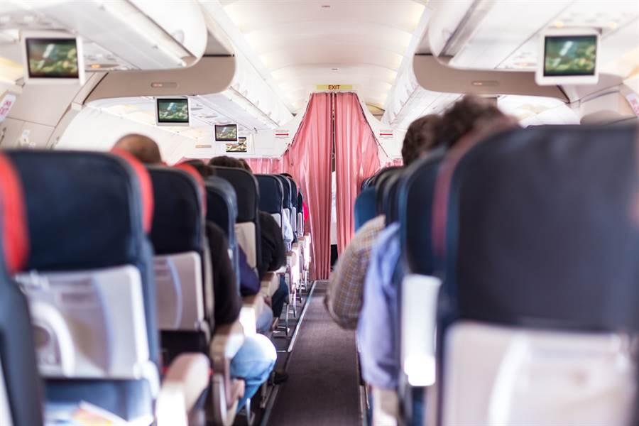 飛機起飛後空姐為何要拉上布簾?背後原因暗藏學問。(示意圖/達志影像)