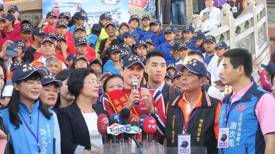 去年11月伊登(中)親自到埔鹽鄉順澤宮祈福,他站在廟前階梯上受訪時,看到這麼多熱情民眾爭相目睹他的冠軍風采,直說這一切讓他感覺很不可思議、很奇特,還說若明年在奪東京奧運金牌,一定會再回來還願。(謝瓊雲攝)