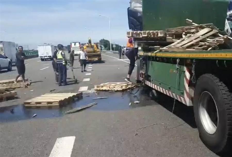 後方大貨車駕駛員受困於車內,目前已緊急救出送至林口長庚,所幸無生命危險。(翻攝照片/姜霏傳真)