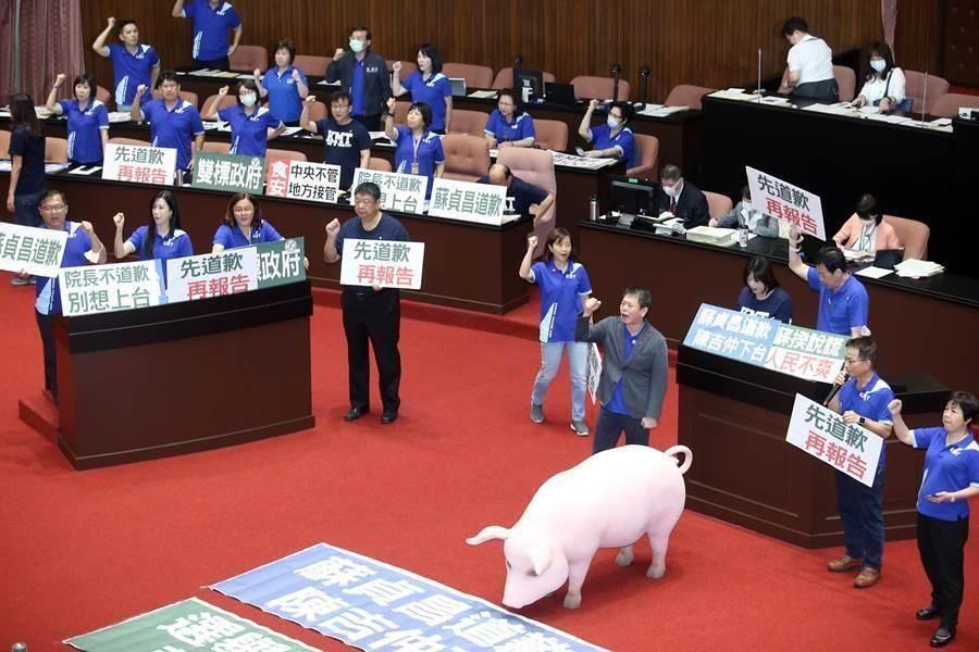 國民黨立委霸占發言台與官員席,要求行政院長蘇貞昌先道歉再報告。(姚志平攝)