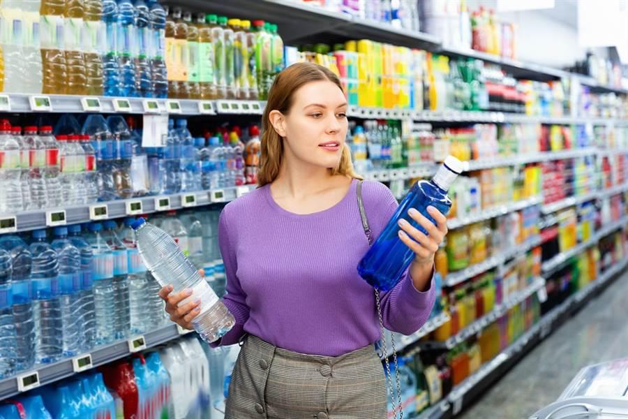 在超商買水雖是花小錢,這些「這一點而已」長久累積下來,就會成為一筆巨大支出。此為示意圖。(達志影像/shutterstock)