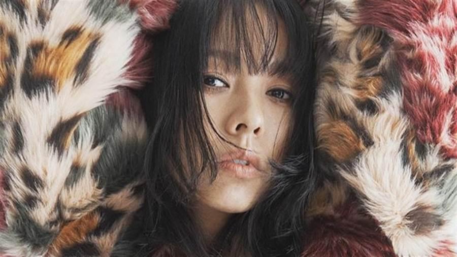 41歲女星李孝利「下半身沒穿」邪惡視角直逼蜜桃臀(圖/IG@apparelnews.co.kr)