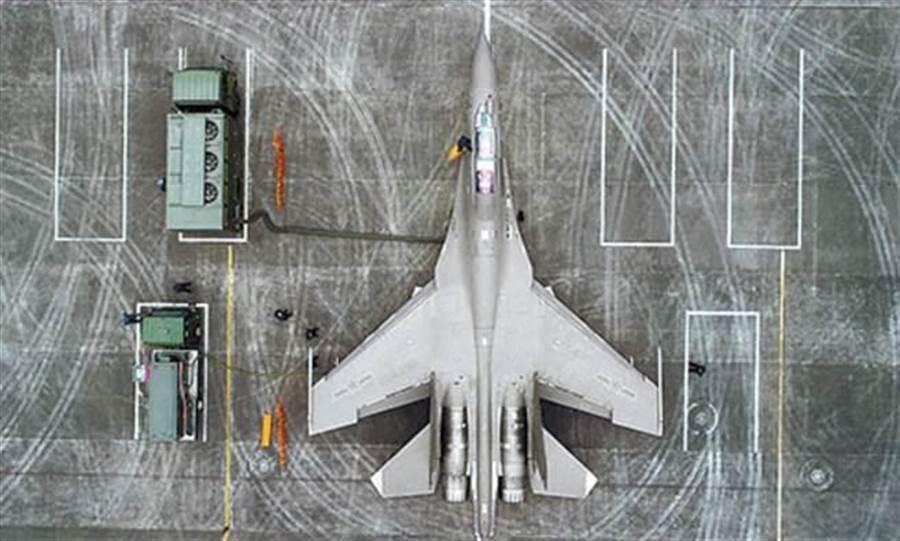 擁有低視覺化塗裝的解放軍殲-16多用途戰機。(中國軍網)