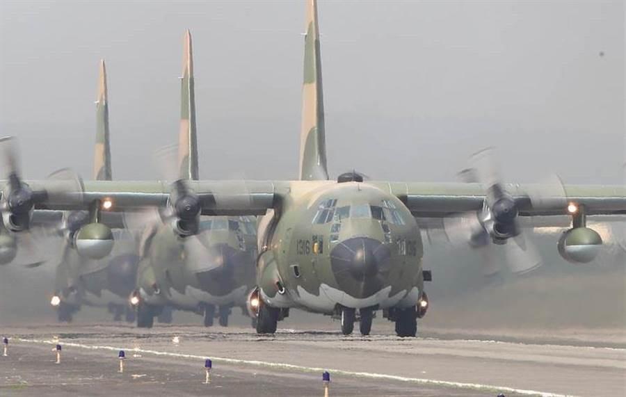 因應共機踰越台海中線,國軍日前進行「聯合防空作戰訓練」,圖為C-130運輸機操作「編隊滑行」科目。(圖/陳怡誠攝)