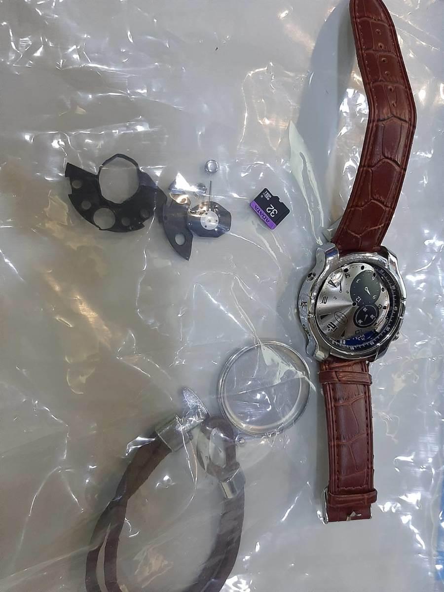 警方在手錶內發現針孔攝影機。(警方提供/陳鴻偉台北傳真)