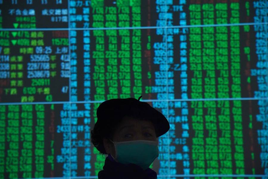 台股今大跌近150點、摜破月線,專家提醒投資人近期操作宜謹慎。(資料照)