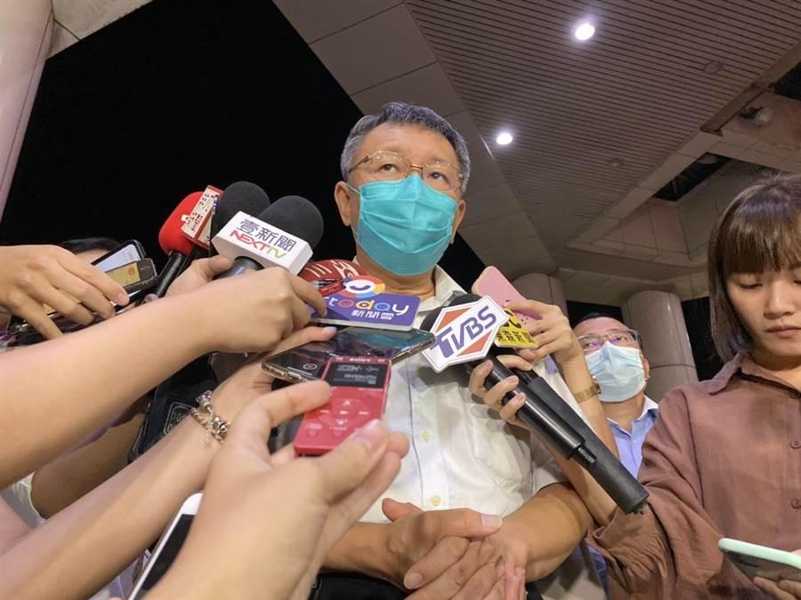台北市长柯文哲22日晚间前往三总探视安养中心大火伤者。(张立勋摄)