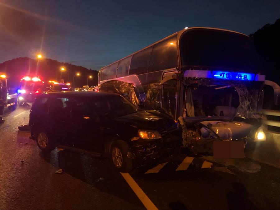 國道1號五楊高架北上37公里處,驚見遊覽車追撞4小客車8人受傷。(新北市消防局提供)