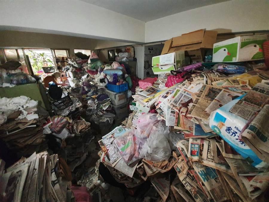 板橋某處公寓驚見「報紙山」、垃圾堆滿屋。(照片/游定剛 拍攝)