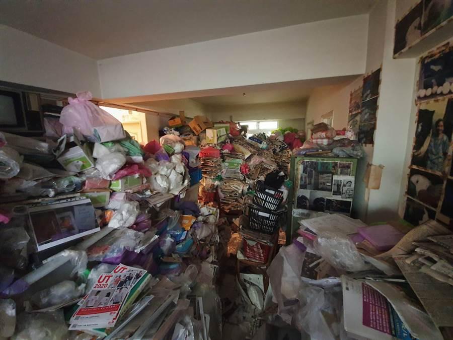 報紙、雜物囤積屋內超過20年,幾乎沒空間可行走。(照片/游定剛 拍攝)