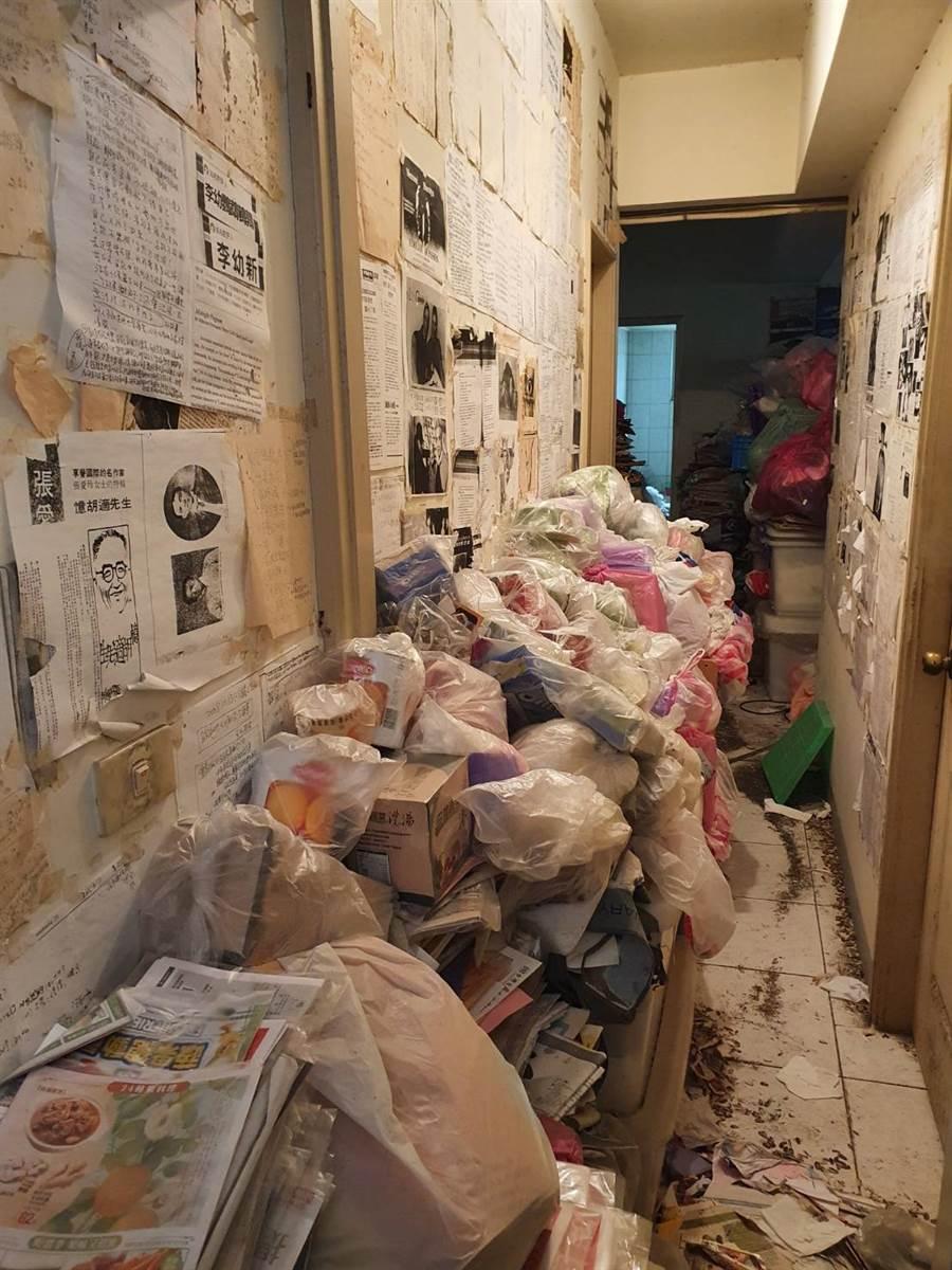屋內走道堆滿垃圾包、雜物,環境相當髒亂。(照片/游定剛 拍攝)