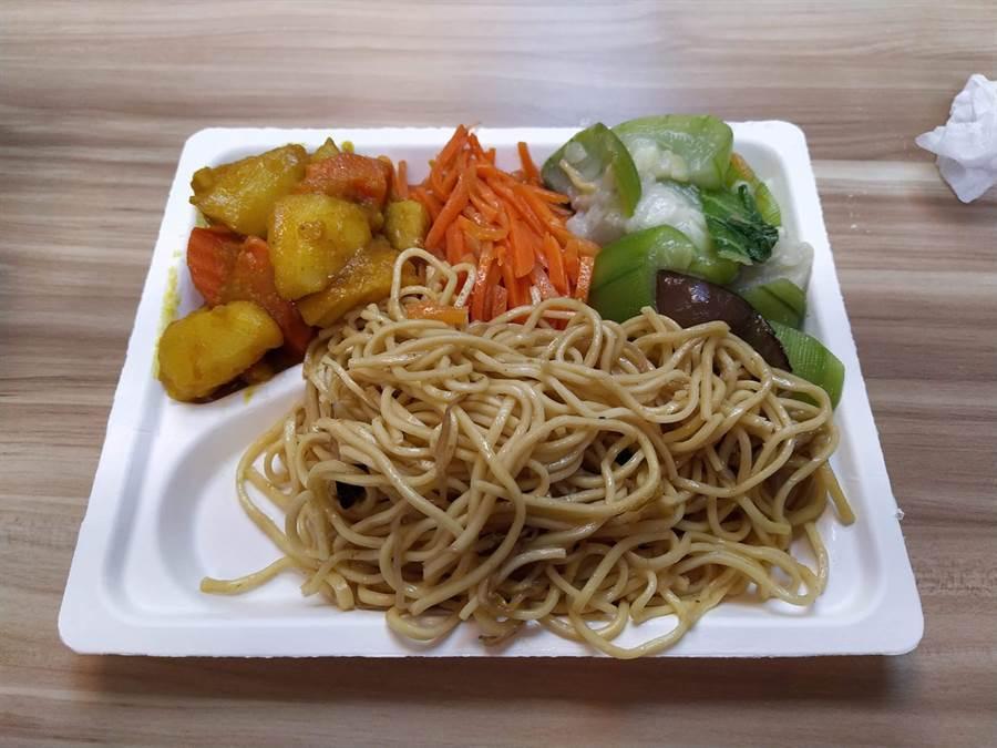 日前一張3菜1麵的素食自助餐價格引發熱議 (圖/爆怨公社)