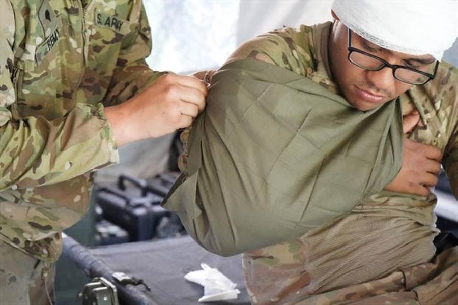 目前的繃帶是以保護傷口為目的,未來的科技繃帶還能夠以弱電流來治療傷口。(圖/美國陸軍)