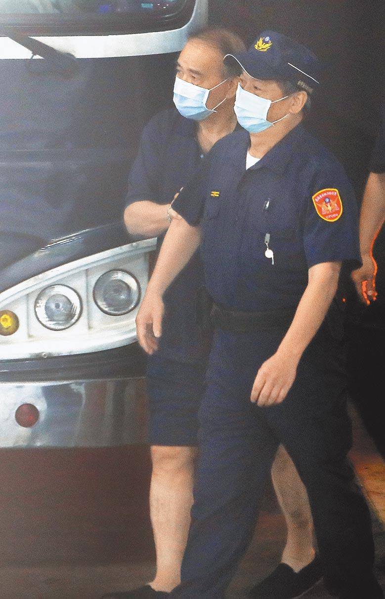 台北地檢署21日依貪汙罪起訴立委廖國棟(左),查出他收賄後威脅經濟部官員。(季志翔攝)