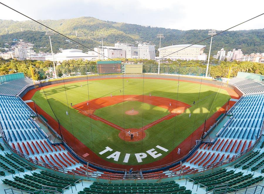 天母棒球場人工草皮昨日正式啟用,成為目前台灣唯一人工草皮棒球場。(陳怡誠攝)