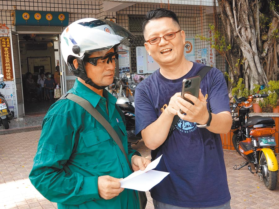 盧鴻毅(右)認為,3C科技離老人家很遙遠,電視雖有宣傳效果,但說服成效比不上鄰里間人際關係。(中正大學提供/張亦惠嘉縣傳真)