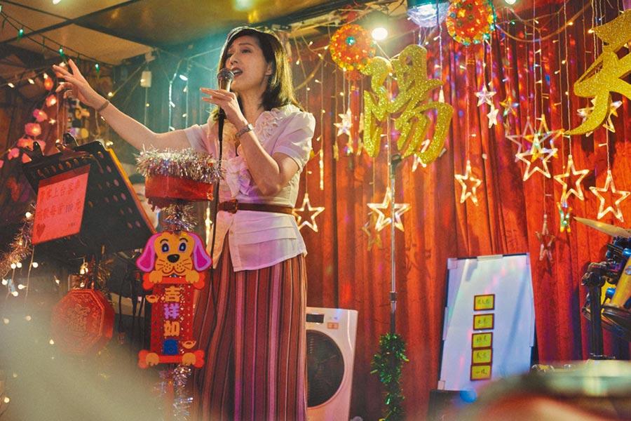 楊千嬅片中為守候郭富城,在歌廳一唱就是10年。(華映娛樂提供)