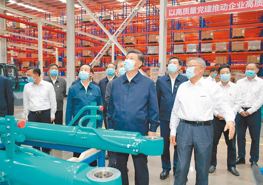 9月17日,中共總書記習近平(前右2)在湖南長沙市調研,考察某裝備公司生產線。(新華社)