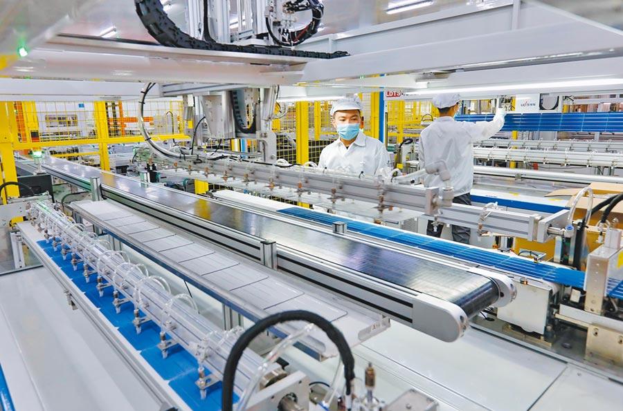 張家口經濟開發區引進高端產業項目。圖為工人在區內太陽能板生產線工作。(新華社)