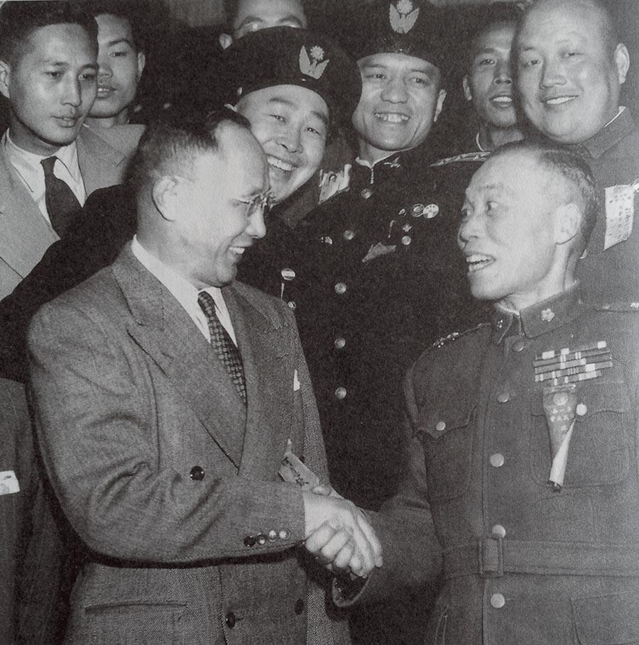 在南京國民大會上的李宗仁(右)與何應欽愉快握手。(本報系資料照片)