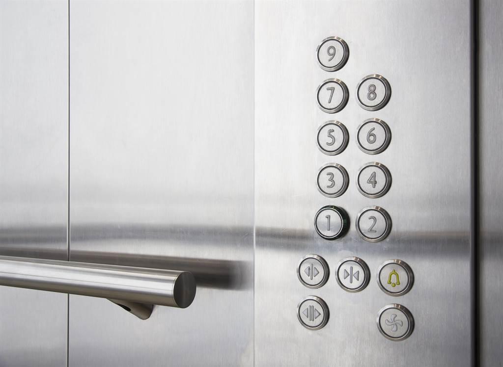 阿嬤常常一進電梯就是整排樓層鈕全按,她也感到不好意思,房東得知後,做出了應對方式,讓網友直呼太暖了。(圖/達志影像)