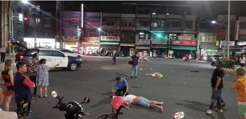 高雄市楠梓區加昌路、瑞屏路口22日晚間發生一件死亡車禍,圖為車禍現場。(警方提供/林瑞益高雄傳真)