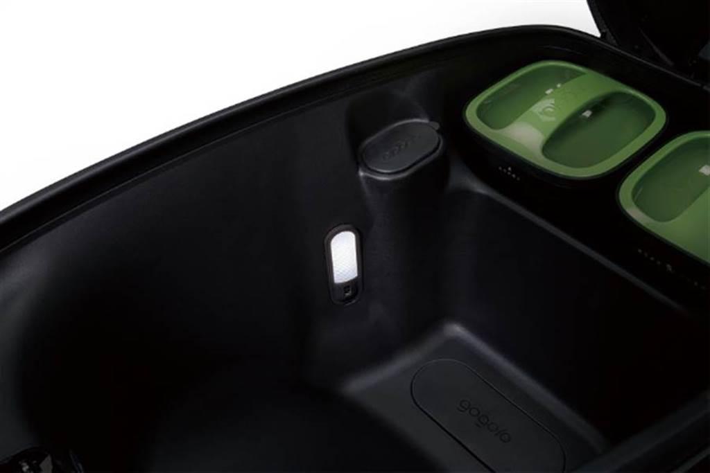 Ai-3除了具有一鍵開啟置物箱外,車箱內還貼心設有LED燈。