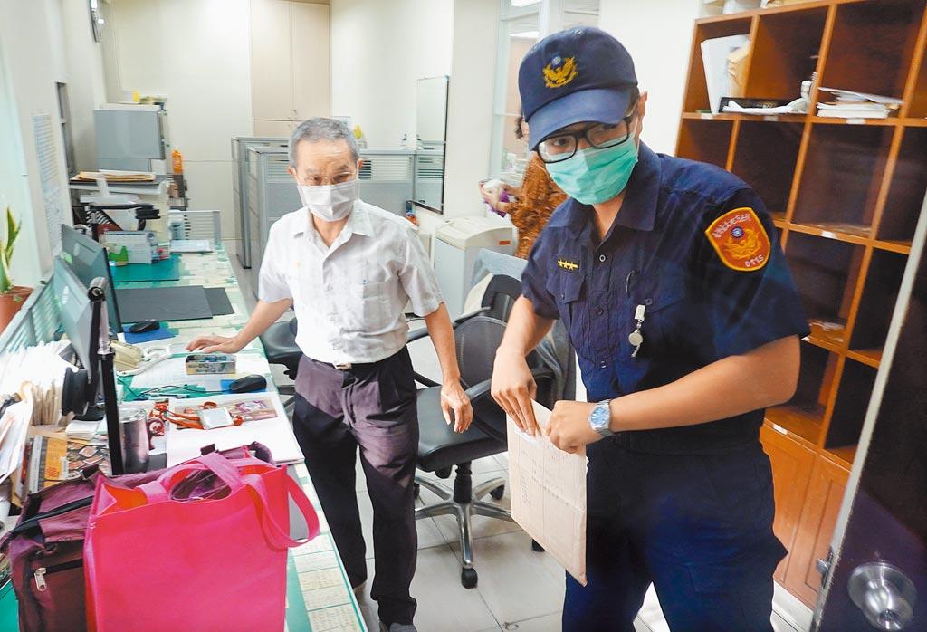 针对立委收贿案延押一事,台北地方法院22日派法警送函至立法院。(姚志平摄)