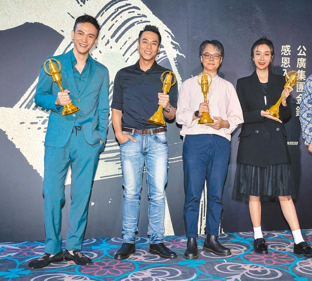 曹晏豪(左起)、莊凱勛、導演張亨如及蔡淑臻昨盼《噬罪者》獲金鐘大獎。(羅永銘攝)