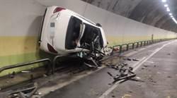 內湖版玩命關頭?賓士C300酒駕狂刷護欄 黏隧道壁成廢鐵