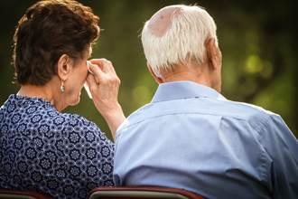 96歲妹不捨追車 給101歲哥塞錢淚崩:見一面少一面