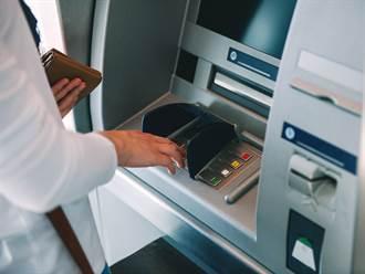 領錢等吐鈔 ATM突閃現熟悉「藍色畫面」她傻了