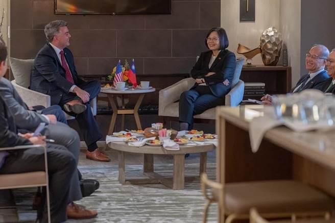 中華戰略學會研究員張競,指出總統府發言人張惇涵貼出蔡英文總統過境美國丹佛的行程照 有5大不妥。(圖/翻攝自 張惇涵 臉書)