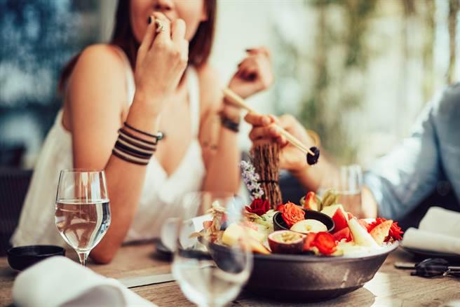 男子抱怨第一次約新對象吃飯花1500元要對方500被酸小氣,覺莫名其妙,掀網友論戰。(示意圖/Shutterstock)