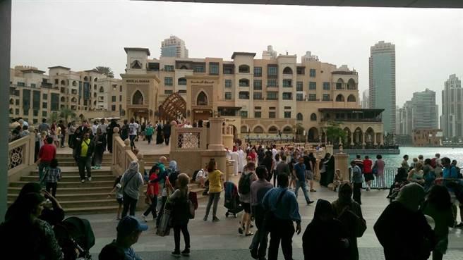杜拜購物中心(Dubai Mall)毗鄰全球最高建築哈里發塔(Burj Khalifa),是全球最大的購物、娛樂和休閒集中地。每天傍晚人群聚集在此,觀賞精彩絕倫的音樂噴泉水舞秀,非常壯觀美麗。(照片提供/洪玉芬)
